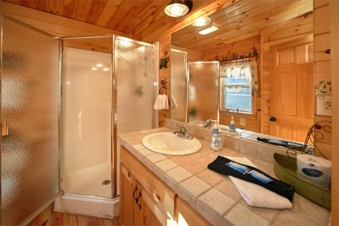 Luxury Honeymoon Cabin with 2 full Baths - Sky High Hobby Cabin