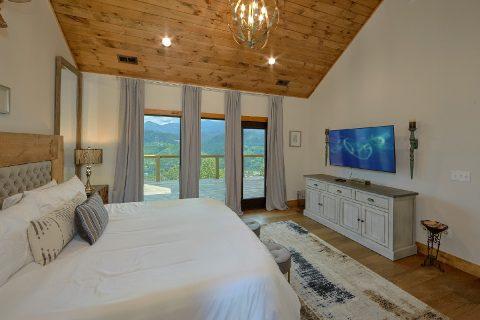 Large Master Bedroom Main Floor Gatlinburg - Smokey Mountain High