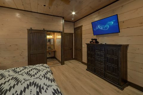 Main level Bedroom with bath in 15 bedroom cabin - Smoky Mountain Masterpiece