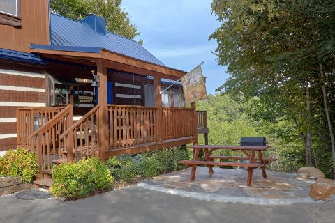 2 bedroom cabin with picnic table and grill - Sneaky Bear Getaway