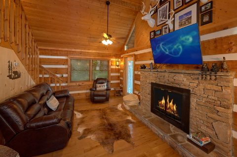 Cozy 2 bedroom cabin with fireplace - Sneaky Bear Getaway
