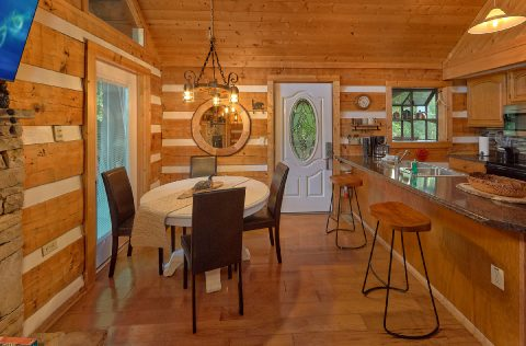 Rustic 2 bedroom cabin with Dining area for 6 - Sneaky Bear Getaway