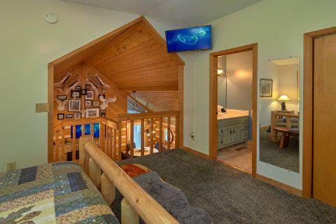 Queen bedroom with bath in cozy 2 bedroom cabin - Sneaky Bear Getaway