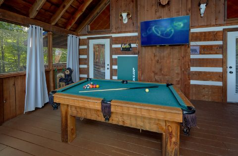 2 bedroom cabin with Pool Table and TV on porch - Sneaky Bear Getaway