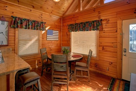 Luxurious 2 Bedroom Cabin with Dining Area - Southern Comfort