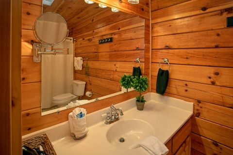 Spacious Cabin with 2 Private Bathrooms - Southern Comfort