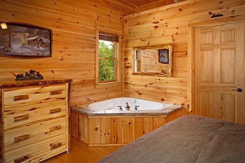 Cabin with Jacuzzi and Fireplace in Bedroom - Southern Style
