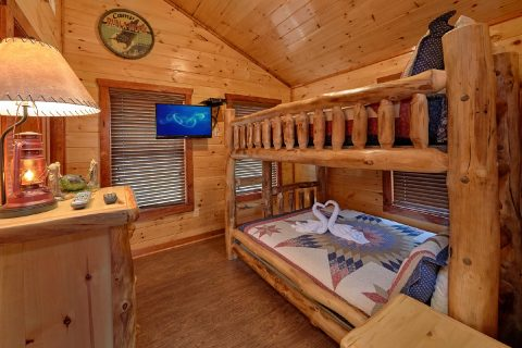 Queen Bunk Beds that sleep 4 in 2 bedroom cabin - Splash Mountain Lodge
