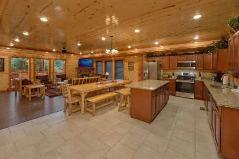 Fully Equipped Kitchen with Bar Area - Splashin On Majestic Mountain