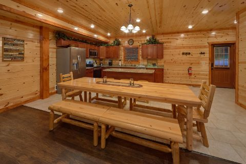 6 Bedroom Cabin with Large Dining Area - Splashin On Majestic Mountain