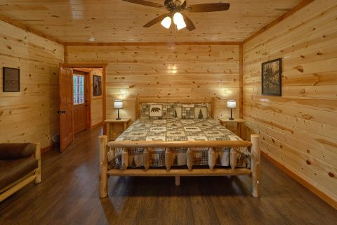 Main level King Bedroom Sleeps 17 - Splashin On Majestic Mountain