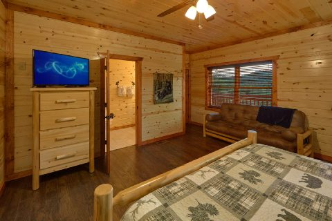 Master Bedroom with King Bed and Futon - Splashin On Majestic Mountain