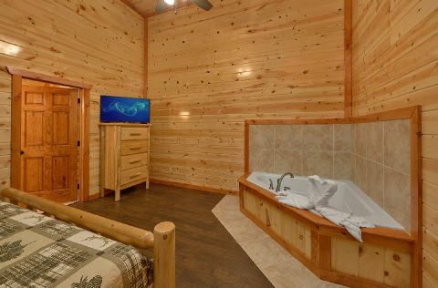King Bedroom with Jacuzzi and Flatscreen TV - Splashin On Majestic Mountain