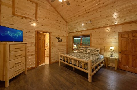 King Suite with Cable TV and Connecting Bathroom - Splashin On Majestic Mountain