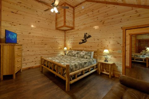 King Bedroom with Flatscreen TV - Splashin On Majestic Mountain