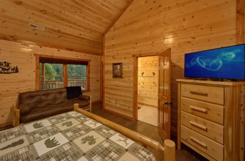 King Bedroom with Futon and Cable TV - Splashin On Majestic Mountain