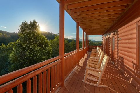 Large Cabin with Mountain View and WiFi - Splashin On Majestic Mountain
