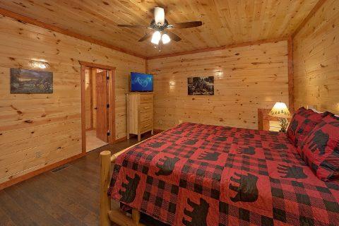 Spacious King Bedroom with Flatscreen TV - Splashin On Smoky Ridge