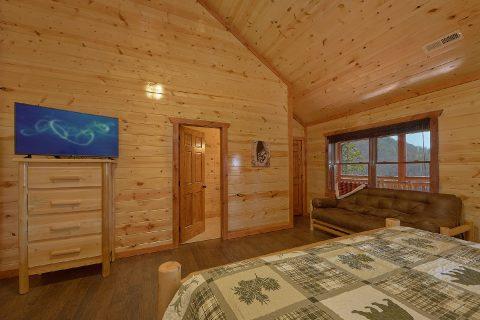 King Bedroom with Flatscreen TV and WiFi - Splashin On Smoky Ridge
