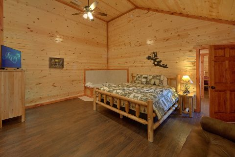 Master Suite with King Bed and Cable TV - Splashin On Smoky Ridge
