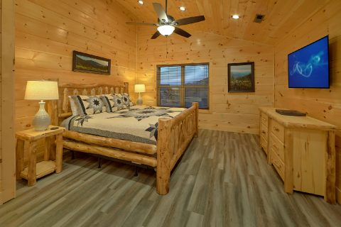 Master Bedroom with King bed and private bath - Splashing Bear Cove