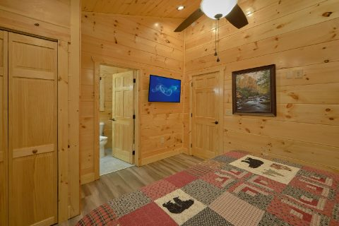 King Bedroom with Private Bath in luxury cabin - Splashing Bear Cove