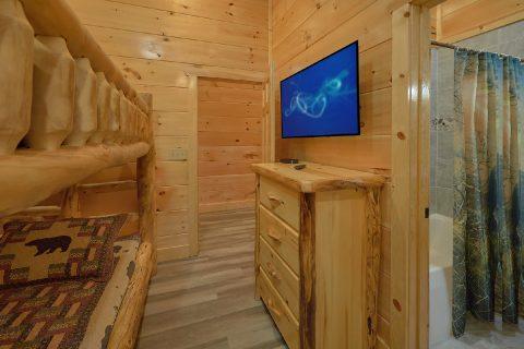 Queen Bunk Bedroom with TV in 4 bedroom cabin - Splashing Bear Cove