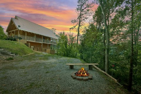 4 bedroom cabin rental with a fire pit - Suite Retreat