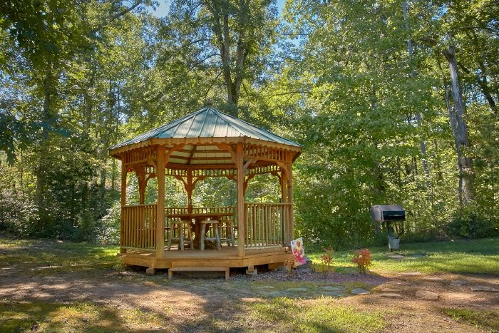 Private 2 Bedroom cabin with Gazebo and Fire Pit - Sweet Seclusion