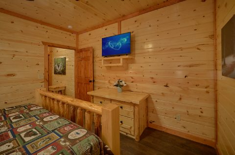 King Bedroom with Flatscreen TV - Swimming in the Smokies