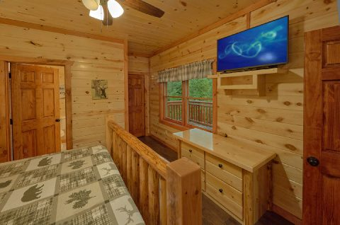 Large King Bedroom with Flatscreen TV Sleeps 14 - Swimming in the Smokies