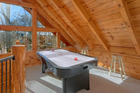 Spacious 1 Bedroom Cabin with Air Hockey Table - Tennessee Dreamin
