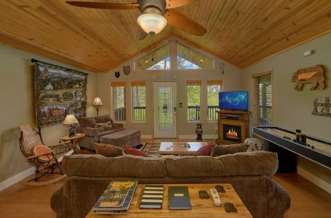 Spacious 2 Bedroom Cabin with Fireplace - Tennessee Tranquility