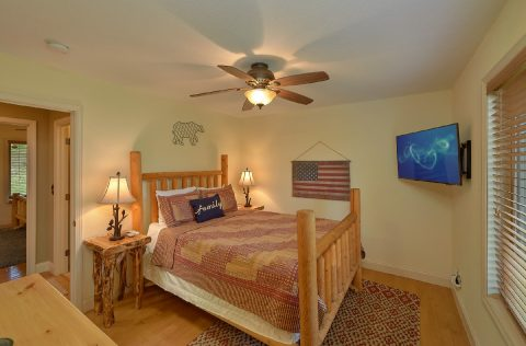King Bedroom with Flatscreen TV Sleeps 4 - Tennessee Tranquility