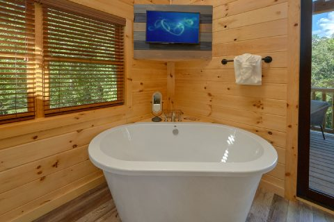 Cabin rental with private tub, TV and King bed - Tennessee Treehouse