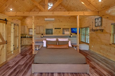 Luxury honeymoon cabin with King bed and hot tub - Tennessee Treehouse