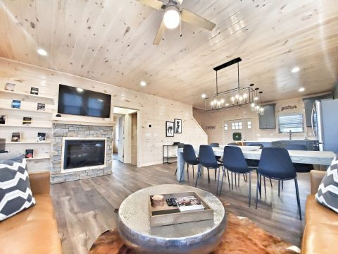 Comfortable Living Room with Cable TV - The Bear and Buck