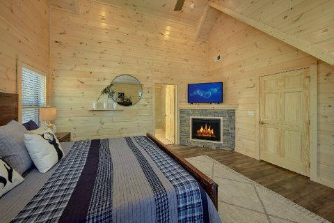 Master Suite with Cable TV, Fireplace, and WiFi - The Bear and Buck