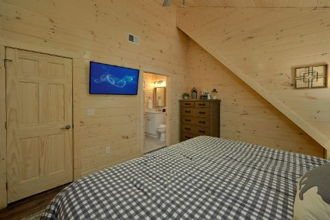 Master King Bedroom with Cable TV - The Bear and Buck