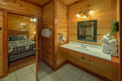 11 Bedroom cabin with 5 sets of Queen bunkbeds - The Big Lebowski