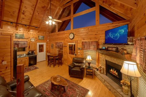 Spacious 4 Bedroom 3 Bath Cabin Sleeps 10 - The Majestic