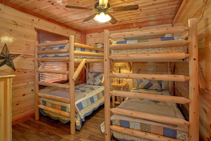 2 Sets of Twin Bunk Beds 4 Bedroom Cabin - The Only TenISee