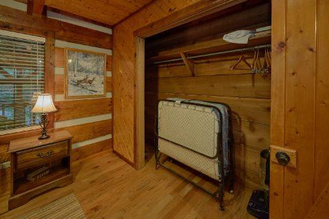 2 Bedroom Cabin Sleeps 6 Roll Away Bed - Two Cubs Den