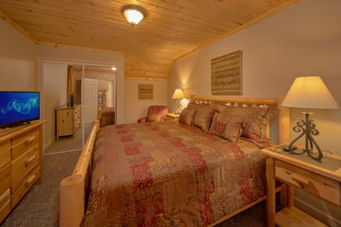 Spacious King bedroom in Pigeon Forge Cabin - Up to Nut'n