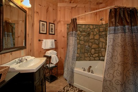 Private on Suite Bath Room 3 Bedroom Cabin - View Topia Falls