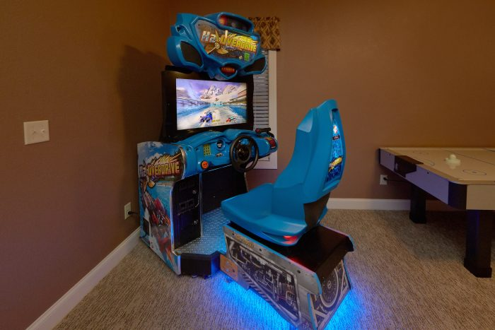 Luxury 5 bedroom Cabin with race car arcade game - Bluff Mountain Lodge