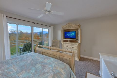 Queen bedroom overlooking golf course view - Vista View
