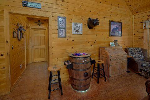 Master bedroom with Queen bed in 2 bedroom cabin - Wander Back Inn