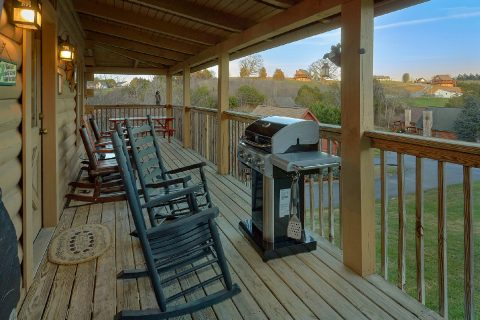 2 bedroom cabin with grill and rocking chairs - Wander Back Inn