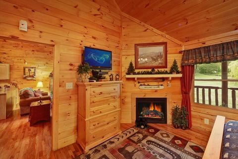 Honey Moon Cabin with a King Bedroom & Fireplace - Whispering Pond